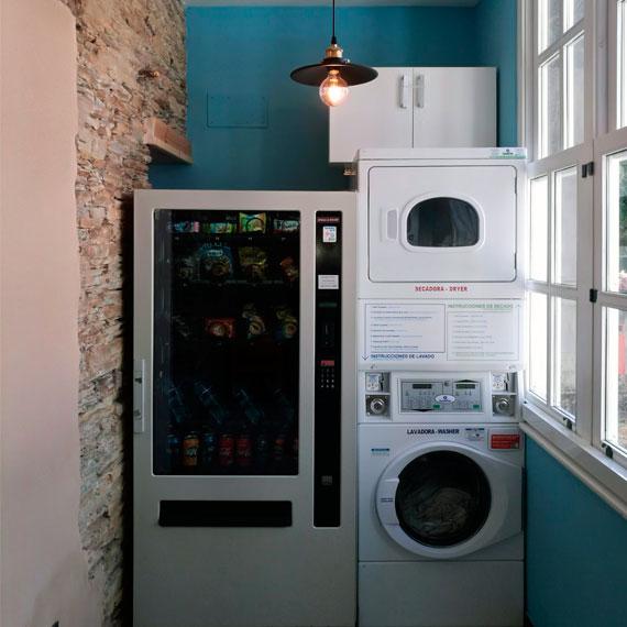 Lavandería y máquina de snacks y bebidas
